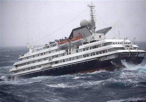 Круизный лайнер попал в шторм