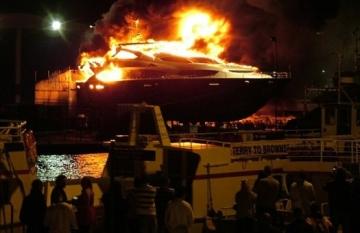Роскошная яхта сгорела на глазах миллиардера от удара молнии