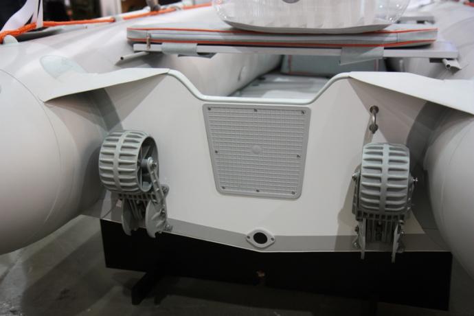 Надувная лодка Колибри КМ-300D светло-серая, настил из алюминия