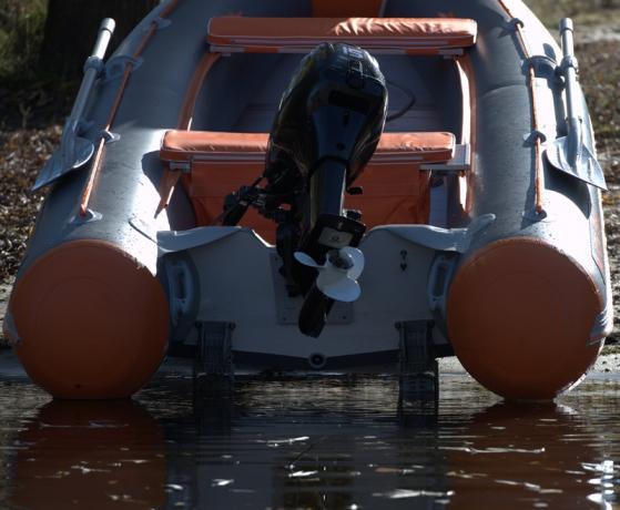Моторная лодка Колибри КМ-330DSL светло-серая, настил из фанеры